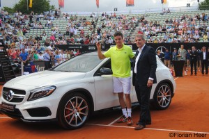 Bautista-Agut received the key to his new Mercedes