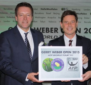Tournament director Ralf Weber received the official cerificate by the ATP in Person of Laurent Delanney (photo: Gerry Weber Open - Halle/Westfalen)