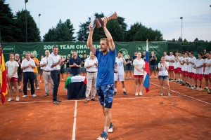 Andrej Martin lifts the trophy in Padova (photo: Lodovica Barbiero)
