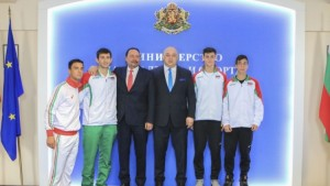 Minister Kralev with the Bulgarian players (photo: Sofia Open)