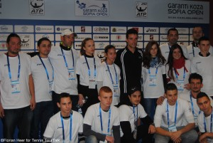 After the match Bautista-Agut met the tournament's volunteers for a photo